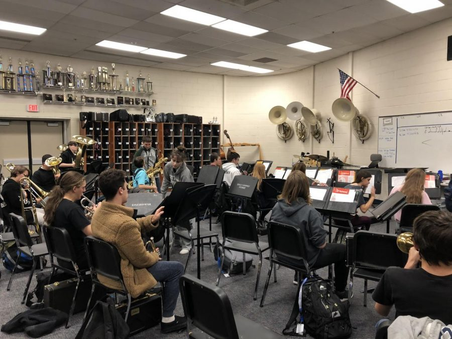 Band+warms+up+for+winter+concert